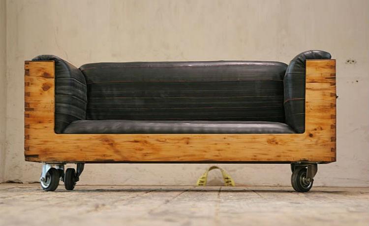 Baú antigo em sofá exclusivo