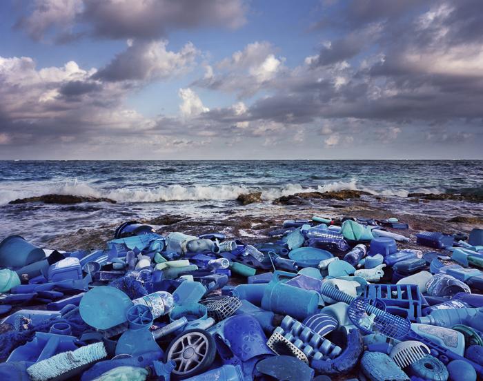 mar de garrafas azuis