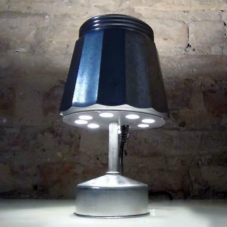 Upcycle da cafeteira a transforma em uma bela luminária