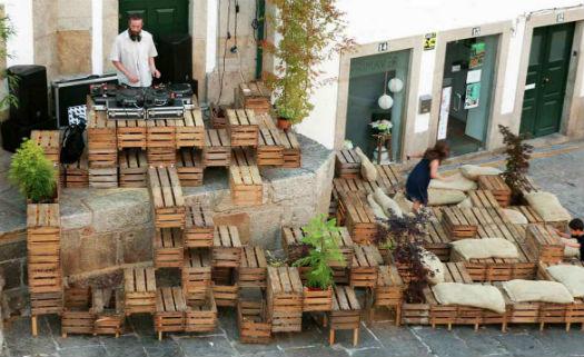 Área de convivência aproveitou caixotes de madeiras usados