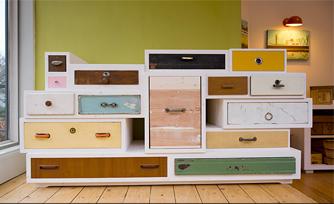 móvel feito a partir de gavetas velhas reaproveitadas