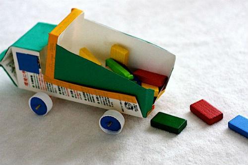 Brinquedos feitos de caixas de leite